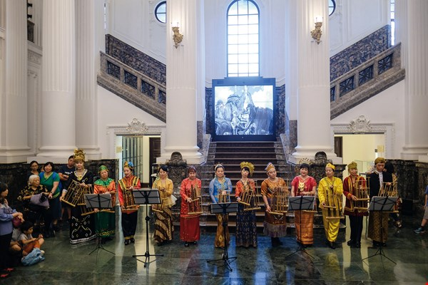 On May 18, International Museum Day, the National Taiwan Museum invited Gema Angklung to perform angklung music in their lobby. (photo by Chuang Kung-ju)