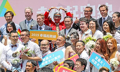 Many same-sex couples held a mass wedding on the day the equal marriage law came into effect. Dayway Chief was invited to witness their unions. (© Central News Agency)