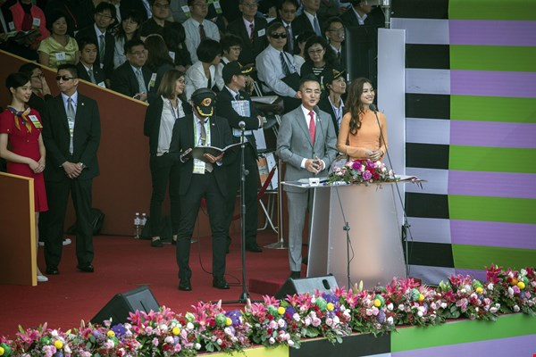 Vietnamese immigrant Nguyen Thu Hang and Hakka TV anchor Paul Shiang (left) jointly hosted the 2018 National Day ceremonies. (courtesy of the Office of the President)