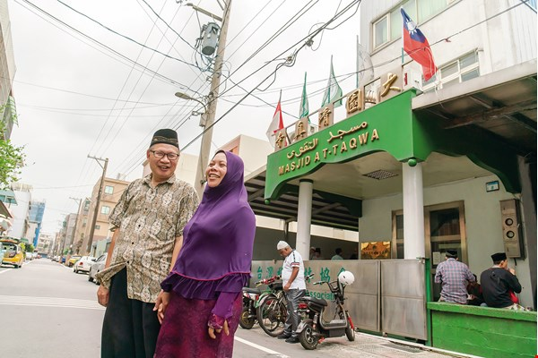 Yasin Huang and Rachmatul Chasanah together built Taoyuan's At-Taqwa Mosque in hopes of providing local Muslims with a place to unburden themselves of the stresses in their lives. (photo by Lin Min-hsuan)