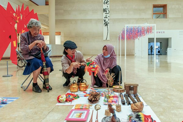 "Indonesian migrant caregiver A-ya talks about her hometown, initiating exactly the sort of crosscultural dialogue that the ""Sunshower"" exhibition hoped to inspire. (courtesy of KMFA)"