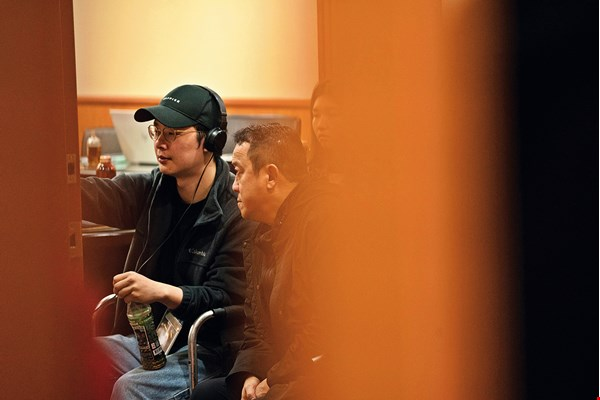 Eric Tseng (right), a film-industry veteran who was impressed by Hsu's ambition, not only agreed to act in Hsu's film, but also produced it and invested in it.