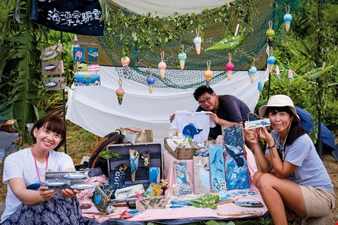 "Volunteers at O2LAB in Penghu turned marine trash into beautiful decorative objects, which they offered at the ""Wild Market"" event. (photo by Kent Chuang)"