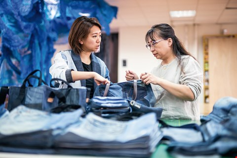 Story Wear founder Kuan Chen (left) has a background in the fashion industry. Seeing the many problems generated by this industry, she decided to dedicate her life to reducing its environmental impact. (photo by Lin Min-hsuan)
