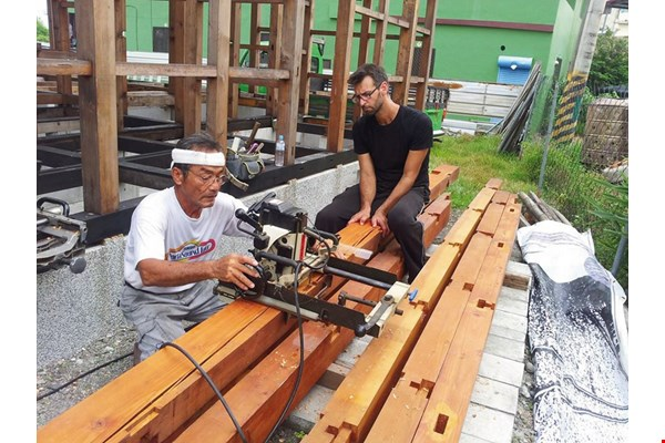 Under construction for nearly 18 years, the house in Fangliao has unexpectedly become a tourist attraction. One foreigner, who was interested in learning how to build a timber frame house, even came to work in exchange for room and board.