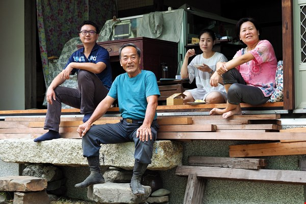 Chen Huijuan (first on right) has shown selfless forbearance about her husband's project, and the couple's children have been highly supportive. Such are the bonds that hold families together. (photo by Jimmy Lin)