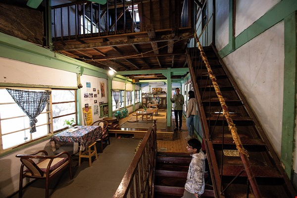 The Yushan Inn has a coffee shop on the first floor, while the second floor is a homestay that still preserves the layout of the businessmen's hostel it once was.