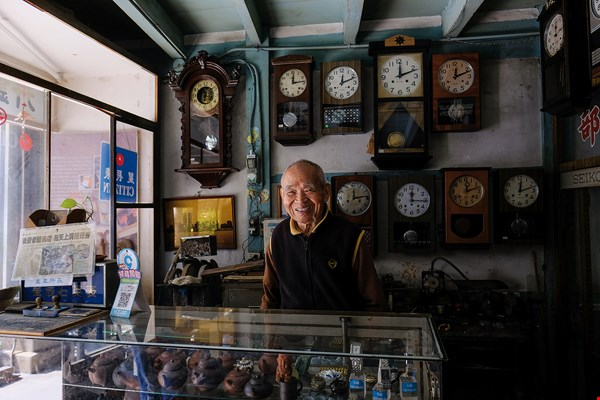 The Ruirong Timepiece Shop has been in operation for over 70 years, and the boss, Yin Ruixiang, is now 93 years old. The many antique clocks in the shop all sound off together on the hour. (photo by Kent Chuang)