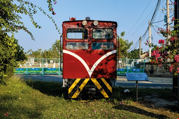 The narrow-gauge trains at the Xinying Sugar Refinery once transported sugar cane, but now they carry tourists. Next to the railway is a shop selling frozen desserts made exclusively by Taiwan Sugar Corporation.