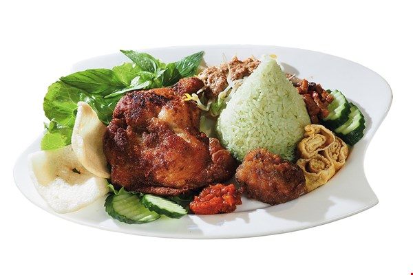 Chicken and rice with green coconut sauce is made from pandan rice and chicken marinated using a unique combination of spices. Served with shrimp cakes and deep-fried tofu, the dish is colorful and flavorsome.