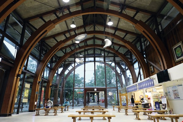 The lines created by the wooden arches in Chishang Station give the ceiling its own sense of rhythm. The glass façade turns into a canvas for nature as images of trees and clouds play across it.