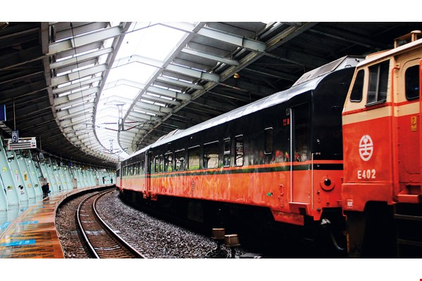 After their redesign, TRA's tourist trains were given a black and orange livery—black to lend a mysteriously distinguished air and orange to recall the Chu-Kuang express trains that feature prominently in the memories of Taiwanese. (photo by Li Guomin, courtesy of J.C. Architecture)