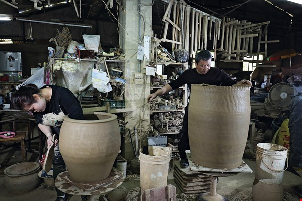 Tjung Seha and her husband Hsieh Chi-lung make pottery as a couple, their work a showcase for their deep connection.