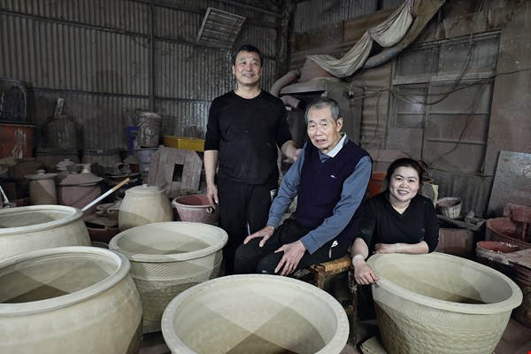 Tjung Seha originally hails from Indonesia, but through her marriage she has become an artistic heir to veteran Taiwanese potter Hsieh Fa-chang.