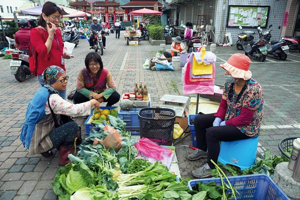 When A-Jiao spots high-quality produce, she exchanges phone numbers with the vendor so she can arrange future purchases.