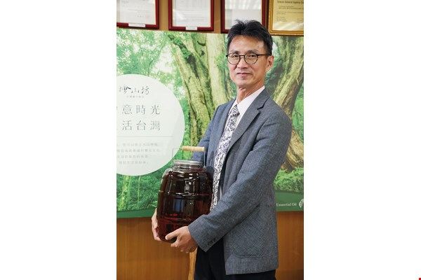 A devoted son, Chris Li has gained a comprehensive knowledge of Taiwan cypresses. He and his wife Rachel went to great lengths to devise the best formulation for their cypress oils.